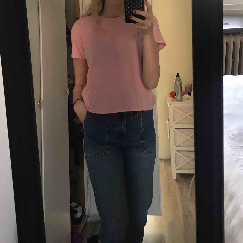 Enkel rosa T-shirt, då jag inte tycker färgen passar mig är den väldigt sparsamt använd. Frakten ingår i priset, kan levereras till Östersund fraktfritt ( skriv meddelande för pris isf) 😃. T-shirts.