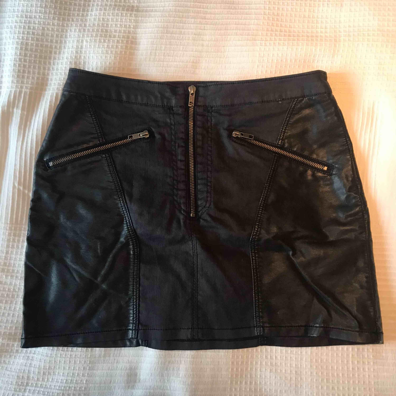 Väldigt cool kjol med skinndetaljer och dragkjedjor! Är storlek 42 men säga den är M, kan skicka fler bilder på hur den sitter på mig för att få något att jämföra med vid intresse 😃 frakt ingår i priset, kan levereras till Östersund fraktfritt . Kjolar.