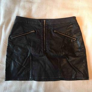 Väldigt cool kjol med skinndetaljer och dragkjedjor! Är storlek 42 men säga den är M, kan skicka fler bilder på hur den sitter på mig för att få något att jämföra med vid intresse 😃 frakt ingår i priset, kan levereras till Östersund fraktfritt