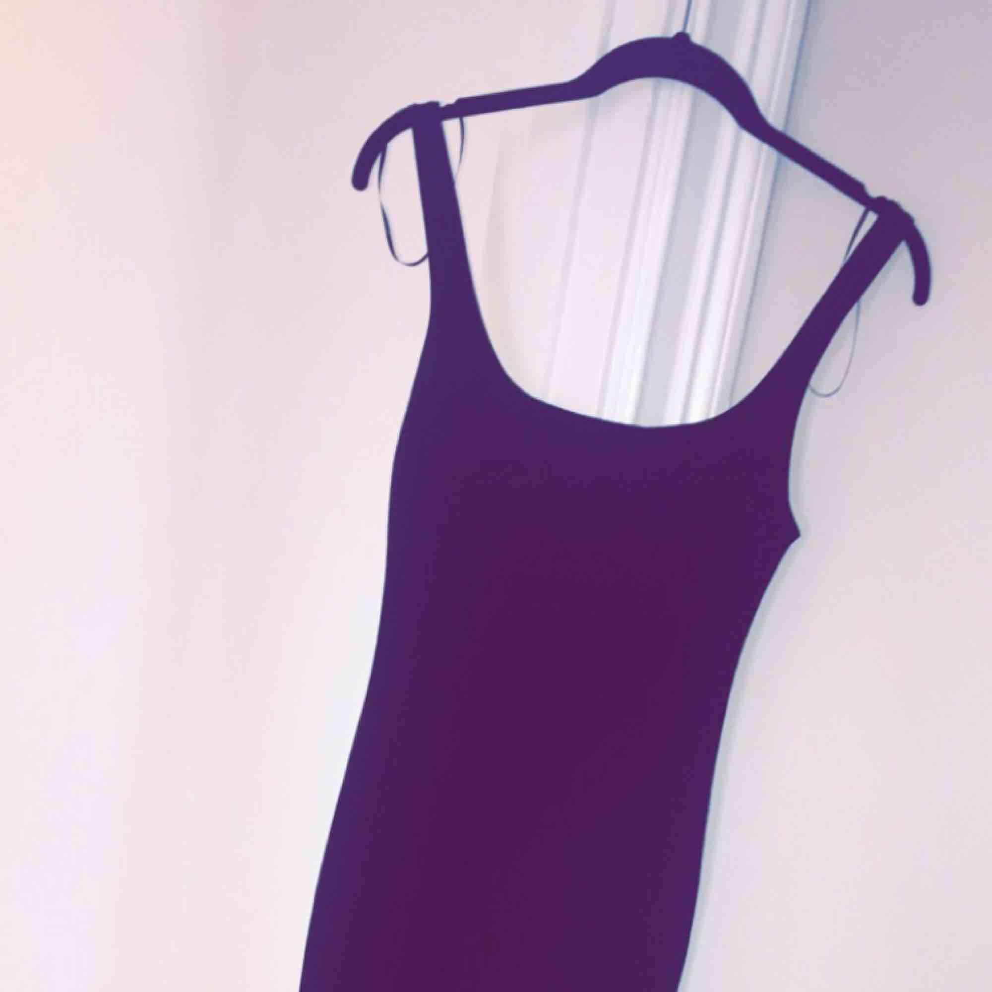 Ny klänning från zara. Storlek M. Sitter tight och har en liten slits på baksidan. Knälång och jättefin till vardag eller fest. . Klänningar.