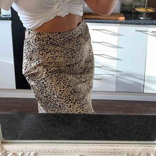 Satin kjol från Pieces strl L i leopardmönster. Frakt ingår 🥰