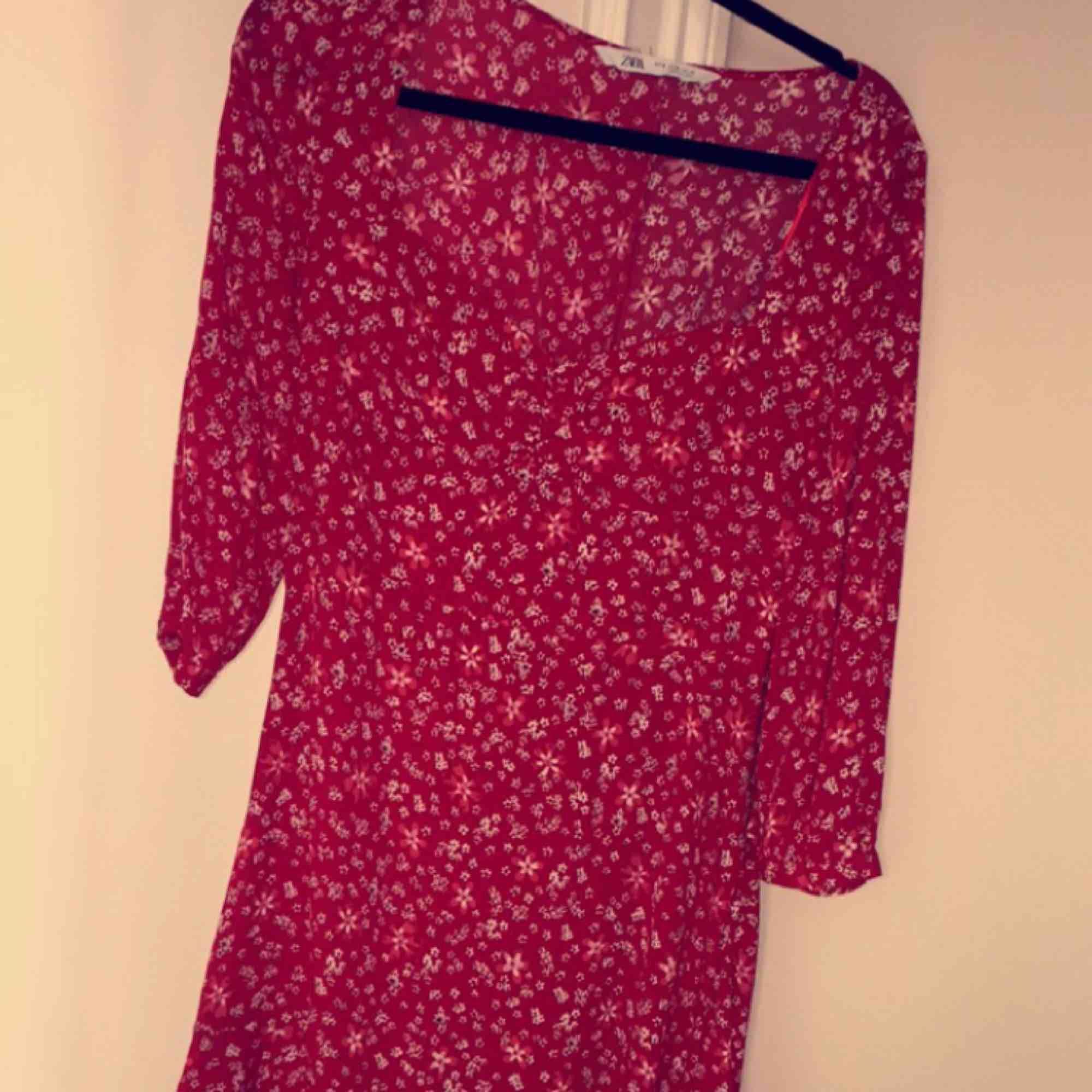 Ny klänning från zara som är köpt i somras. Fin modell som markerar midjan fint och har ett fint fall. Säljer den då den är för liten för mig runt bysten! . Klänningar.