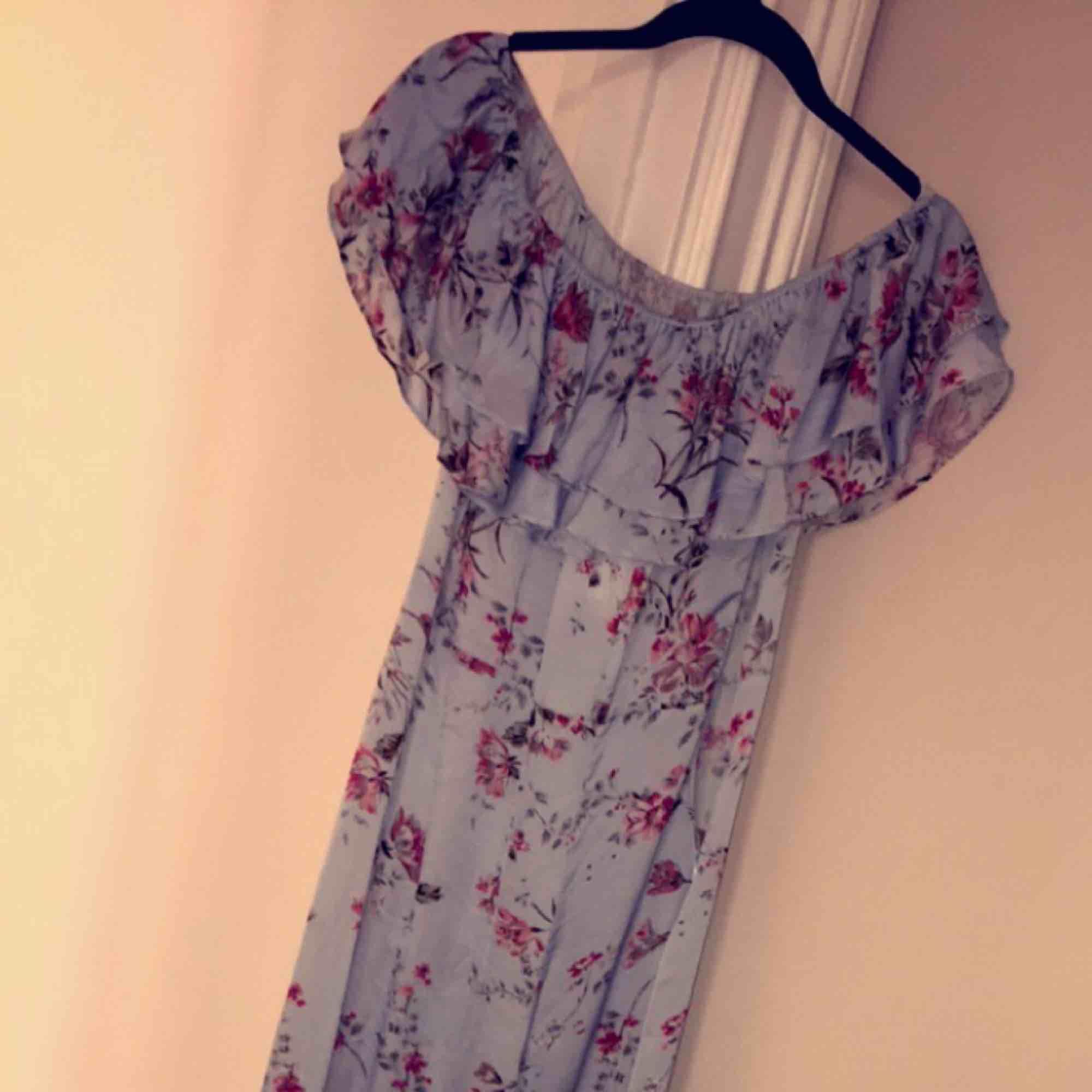 Långklänning från zara utan ärmar! Jättefin blommig långklänning som passar fint på sommaren. Den är helt oanvänd men kommer inte till användning. Nypris var 599 kr.. Klänningar.