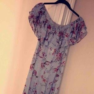Långklänning från zara utan ärmar! Jättefin blommig långklänning som passar fint på sommaren. Den är helt oanvänd men kommer inte till användning. Nypris var 599 kr.