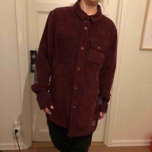 Snyggaste manchesterskjortan från Vans Mountain Edition, funkar som skjorta/jacka och lika bra i skidbacken som på stan. Gillar den jättemycket men den är för stor