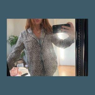 Superfin leopardskjorta i strl XS. Passar till allt. Fint skick. Skriv i kommentarerna elr på SMS 0763475454 om du är intresserad. Köpare står för frakt.