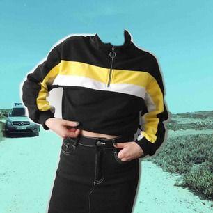 Midjekort tröja med krage i fleecematerial. Använd typ 3 gånger, den är som ny. Dragsko i midjan så att man kan spänna in den om man vill. Fler bilder finns, hojta ba.
