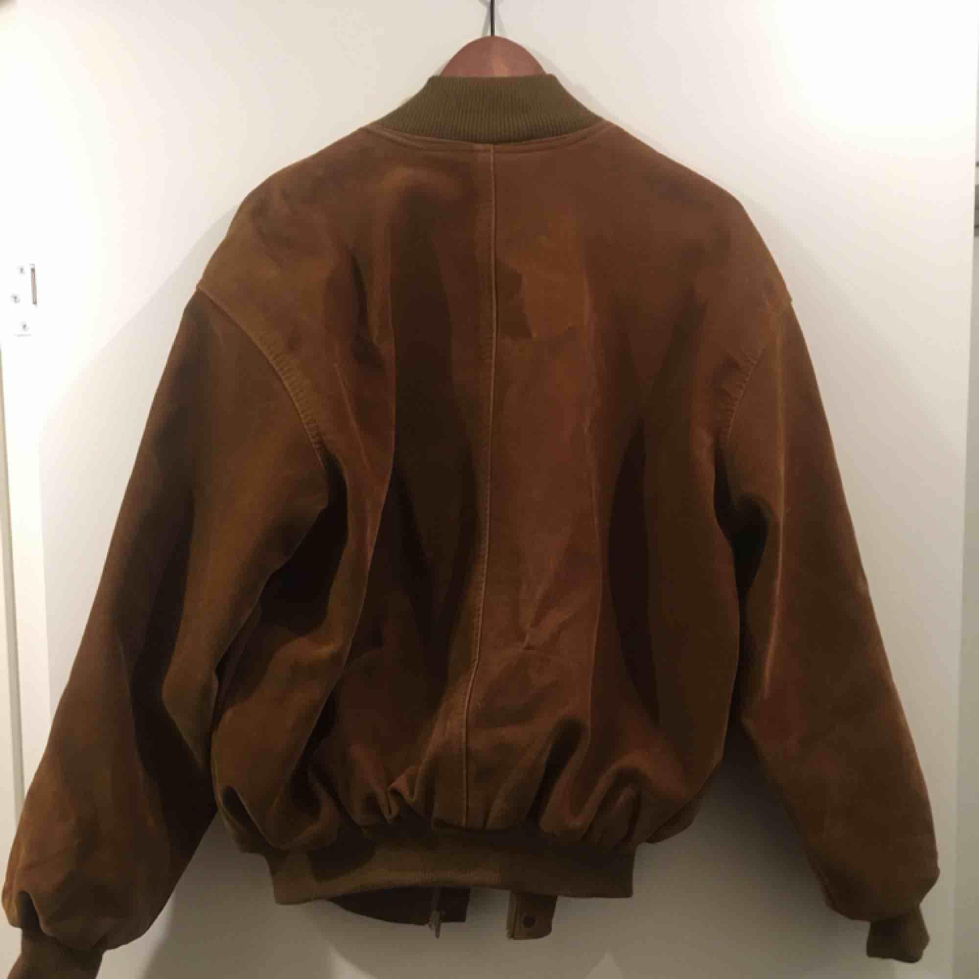 Super snygg jacka i brun mocka imitation. Inhandlad i vintage butik. Oversized modell med muddar i nederkant och ärmslut, passar alltifrån S-L. Jackor.