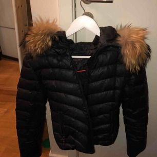Vinterjacka med päls krage i (raccon), använd 1 termin, köpt vintern 2017, frakt ingår ej möts gärna i stockholm💖