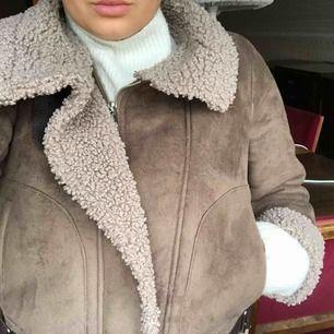 Brun mocka jacka från Zara. Väldigt oversized XS, passar S/M. Använd fåtal gånger, skriv vid intresse av fler bilder. Köparen står för frakt!