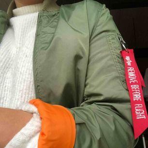 Grön Alpha Industries jacka, med orange insida. storlek M men lite liten i storleken. Köparen står för frakt