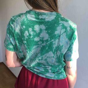 T-shirt från Weekday. Frakt +42 kr