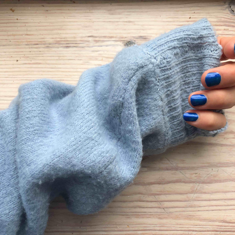 Himmelsblå stickad tröja från NAKD i storlek S, väldigt sparsamt använd. Köparen står för frakt . Huvtröjor & Träningströjor.