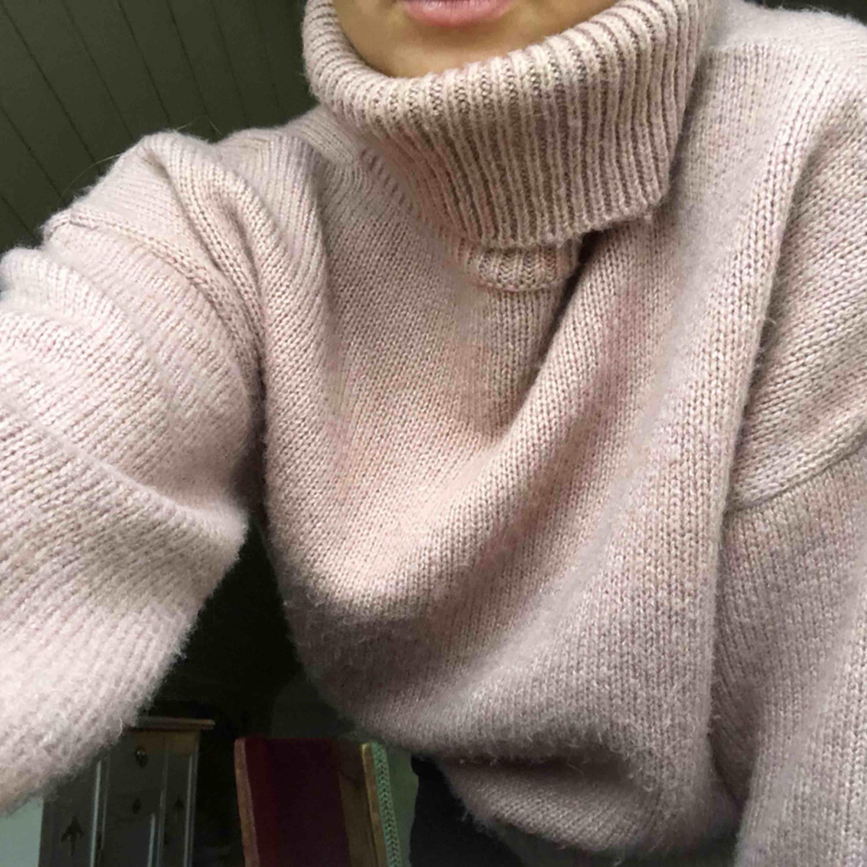 Rosa stickad tröja med turtleneck, storlek S. Använt fåtal gånger. Köparen står för frakt. . Huvtröjor & Träningströjor.