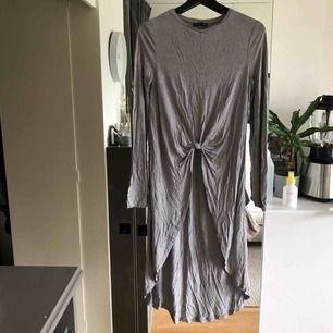 Skitsnygg tröja/klänning som jag hittade i garderoben helt oanvänd som givetvis ska få en snällare ägare! (Bör kanske dock strykas innan användning🤓)   Frakt tillkommer (eller mötas upp i Halmstad) 🍁