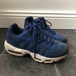 Nike air Max 95 i storlek 36,5, använda 3-4 gånger så tänker att de gör sig bättre hos nån som får mer användning av dom! Lite dammiga på bilden me inget som nt går bort om jag tvättar till dom! Frakt tillkommer och pris kan diskuteras vid snabb affär