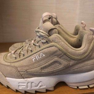 Säljer dessa fila sneakers som har använts en kort period. Skorna är fräcka och fina. Nypris ca 1400kr