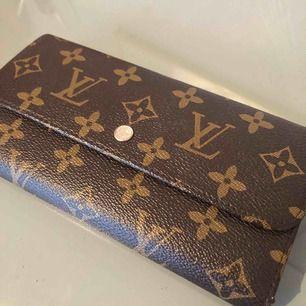 LV plånbok kopia.  1-2 små skavanker på insidan. Fina sömmar.
