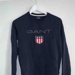 En marinblå fin Gant tröja i nyskick! Storlek (S) dammodell men passar mig som är en S/M  Nypris: 999kr Mitt pris: 350  Obs! Priset är diskutabelt och tröjan kan hämtas runt Halmstad eller Gislaved området.
