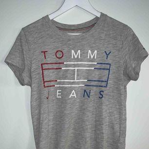 Cool T-shirt från Tommy Hilfiger jeans i nyskick! Storlek (S) i dammodell men passar mig som är en S/M  Nypris: 450kr Mitt pris: 150kr  Obs! Priset är diskutabelt och tröjan kan hämtas runt Halmstad eller Gislaved området.