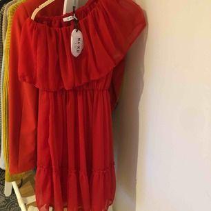Super fin one sholder klänning, aldrog använd