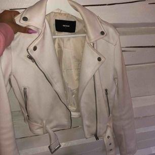 Fake mocka jacka med silvriga detaljer. Storlek s  Köpt för 599 från bikbok