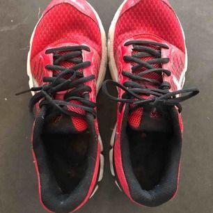 Ett par röda Asics i väldigt bra skick. Köpte för liten storlek och har endast används 1-2 gånger. Storlek 39.5 som bilden ovan visar. Möts i Stockholm.