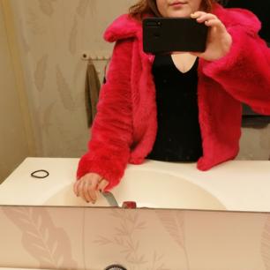 Rosa fuskpälsjacka i strl 36,från Asos. Fint skick, mjuk och gosig. Kan mötas i Växjö eller skicka. Fraktkostnad tillkommer. Har swish.