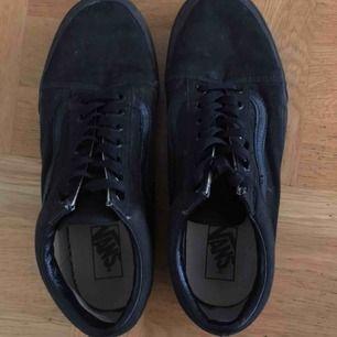 Helsvarta Vans Old Skool sneakers med brun sula och rött Vans-märke på hälen.  Storlek 42.5 som bilden ovan visar.  Använt ett fåtal gånger och är därför i ett bra skick. Möts upp i Stockholm.