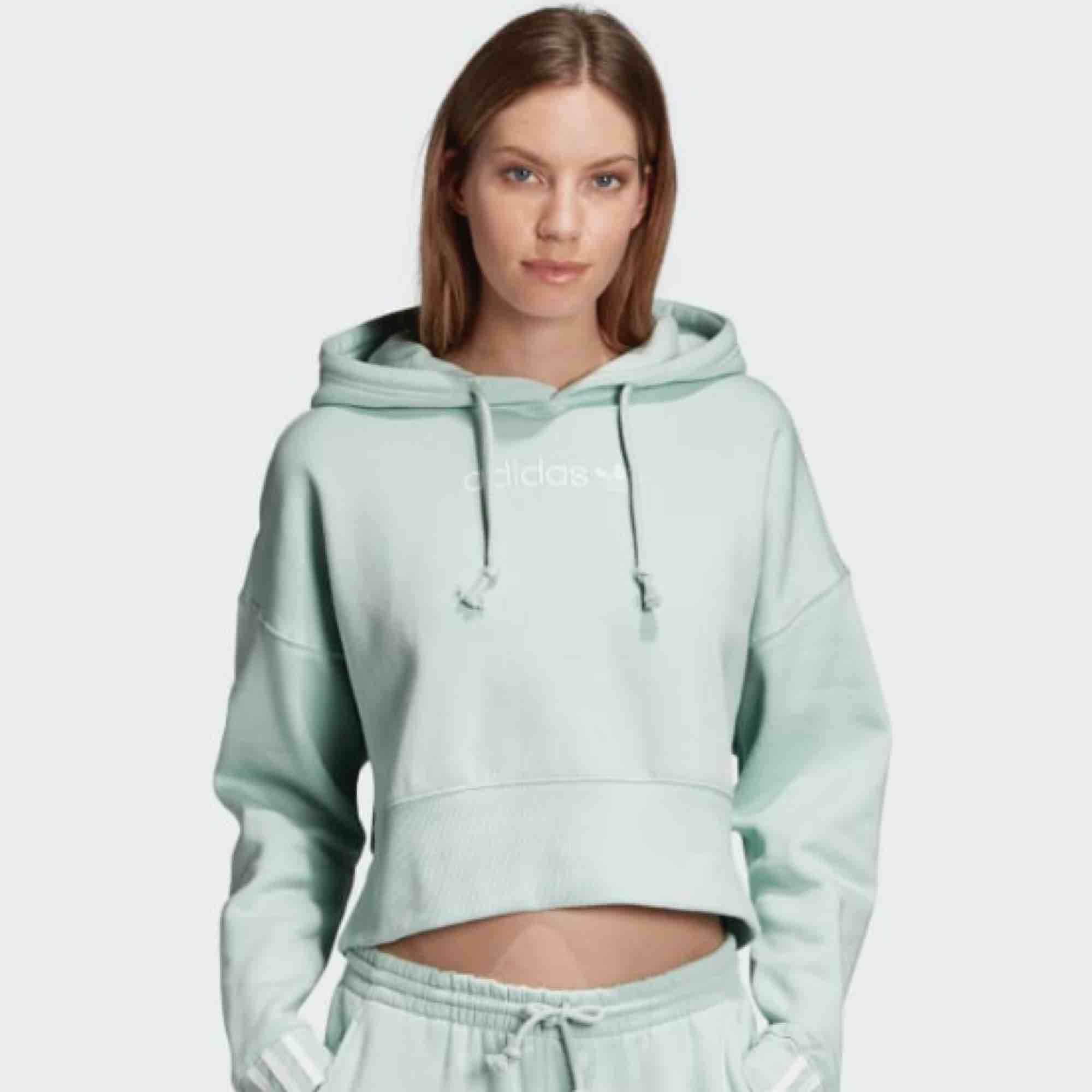 Adidas Hoodie i bra skick, använd ett fåtal gånger.  Original pris 699 kr. Huvtröjor & Träningströjor.