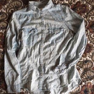 Söt ljusblå prickig skjorta med krage och knäppning både vid ärmsluten och i fram. Sparsamt använd och i fint skick. Vid frakt står köparen för kostnaden 🍓