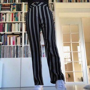 Kostymbyxor randiga storlek 38-S köpa på topshop för ca 300kr säljs för 120kr.  Endast använde ett fåtal gånger så bra skick:) Kan mötas upp i Stockholm annars står köpare för frakt:)
