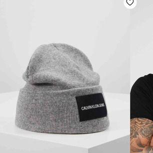 Calvin Klein mössa svart med grått märke. Kan skicka riktigt bilder på den. Nyskick, frakt 36 kr