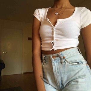 Väldigt liten cropped topp! Från American Apparel. Söt och skitsnygg till blå jeans :)