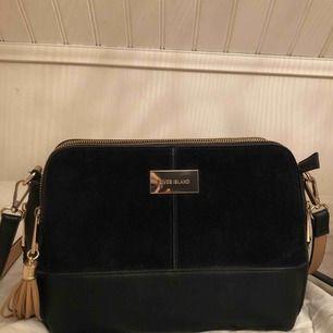 River Island Väska, använd max 2 gånger, den är som ny! Ny pris= 549kr.  Perfekt storlek, rymmer mycket + går att justera axelbandet. Kan mötas upp i Karlskrona eller fraktas (köparen står för frakten)