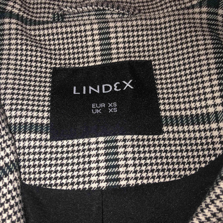 Supersnygg kavaj från Lindex! I princip helt ny, endast använd två gånger. Säljer för den inte kommer till användning.  Ny pris var 599kr Priset kan diskuteras:). Kostymer.