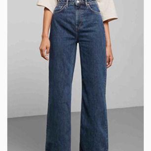 Intressekoll på dessa underbara ace-jeans i färgen Ohio från Weekday! Storlek 25 i midjan och 30 i längd! De är knappt använda och i nyskick, nypris var 600kr. Hör av dig om du vill ha mer bilder eller har frågor!