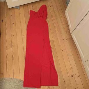 Röd supersnygg balklänning använd en gång, ny skick!! Fotograferas jättebra och sitter som en smäck. Öppenrygg och snygg slits! Dragkedja som är nästintill osynlig i back. Stretchig så passar 34-38