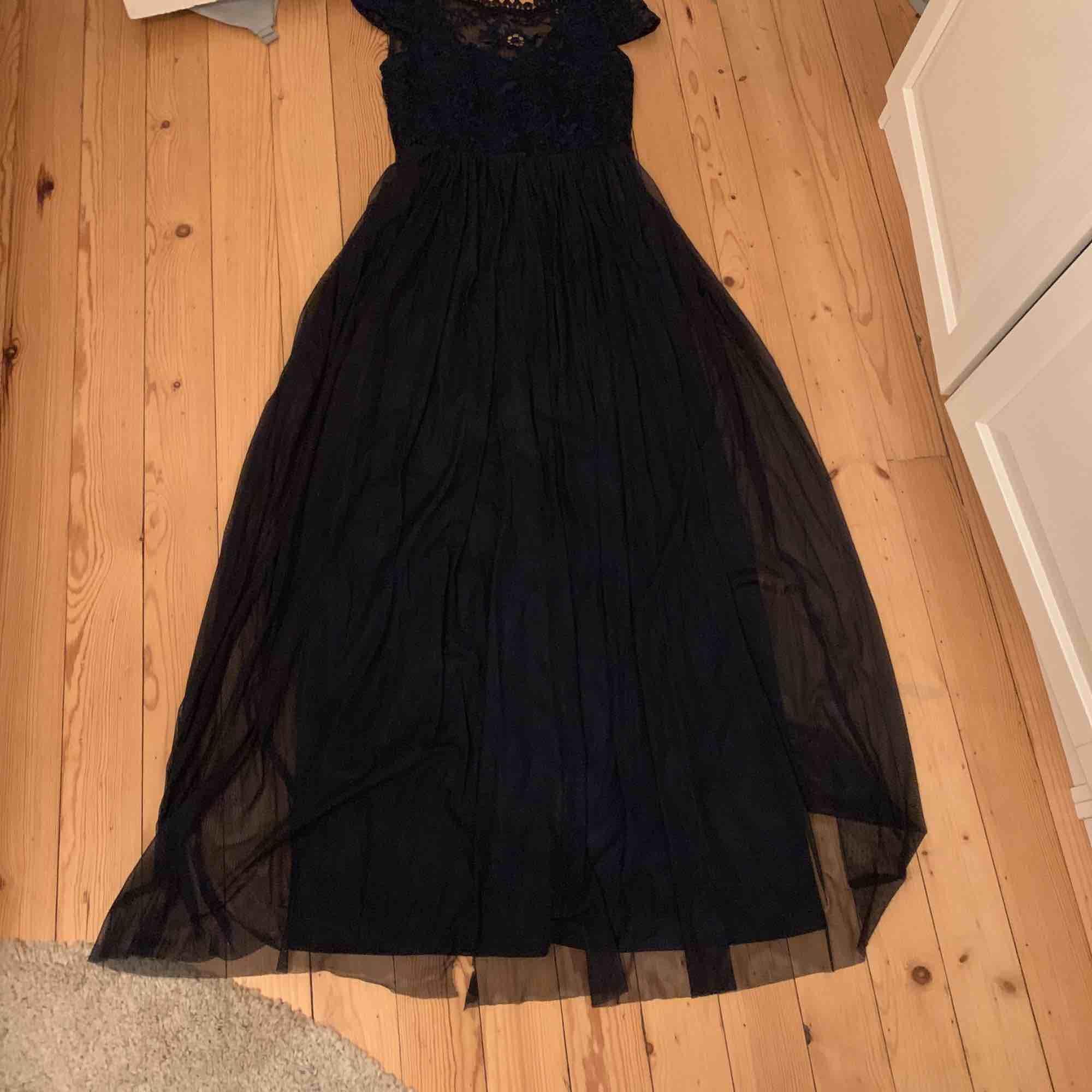 Supersnygg mörkblå balklänning tyll och spets. Öppen rygg med knappar och spets. Sparsamt använd och perfekt för bal!!!. Klänningar.