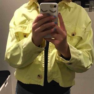 En gul jeans jacka ifrån zara
