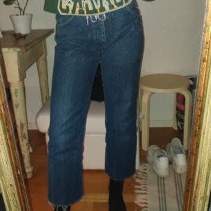 Säljer ett par vintage wrangler jeans som är köpta på beyond retro för 400kr. Fint skick men säljer pga. att dom är lite korta för mig som är 174 cm. Skulle säga att dom är pågränsen till högmidjade och har straightleg modell. Jag har sytt in två