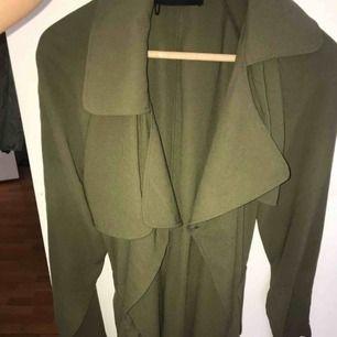 Fin grön trenchcoat från bikbok nästan ny använd 3 gånger