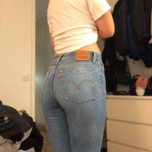 Världens finaste jeans fr levis!! Har tyvärr inte kommit till användning sen ja köpte dom i usa för ett år sen. Waist är 28 vilket motsvarar S/M