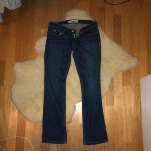 Hollister jeans i bra skick! Low waist. Tyvärr lite för små för mig, passar ngn som har typ 26 i waist. Lite bootcut