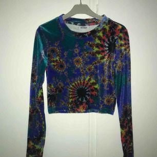 🌀Croppad tröja med psykedeliskt motiv från Weekday! Velvet/sammetsliknande material. Som ny och endast testad. Möter upp i Stockholm 💌