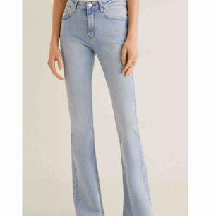 Flared jeans från mango, gjort små slitningar/fransar längst ned på byxorna, för att få lite mer känsla i de. Fint skick