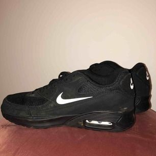 Svarta och vita Nike airmax i storlek 39, knappt använda men lite smutsiga vilket går att tvätta bort. Priset kan diskuteras å köparen står för frakten, 99kr