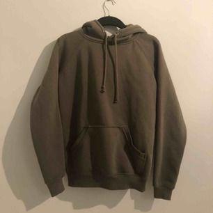 En grön hoodie från bikbok, köptes för ett år sen men tyvärr förliten för mig. Har klippt av etiketten så kan inte se exakt vilken storlek men passar både en s och en xs