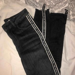 snygga grå/svarta jeans med stripe på sidan    från bikbok    storlek S    används inte så vill bara bli av med säljer för 70kr + frakt 🧡