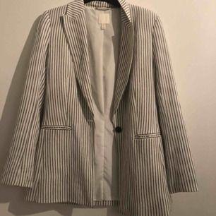 En randig linne blazer från H&M (tillkommer extra knappar) har använts ungefär en gång
